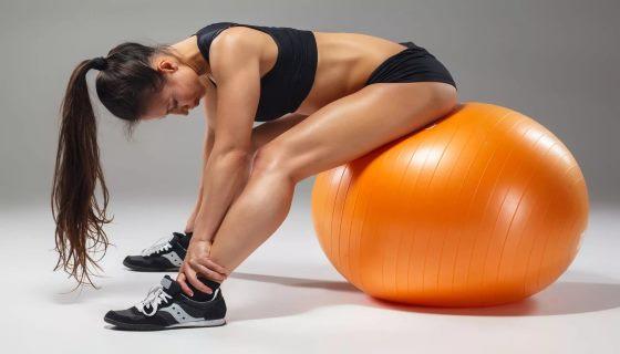 Упражнения на фитболе для похудения: комплекс для бедер и пресса